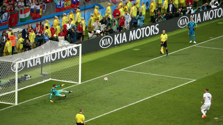 Sergei ejecutando el penal que clasificó a Rusia a octavos de final
