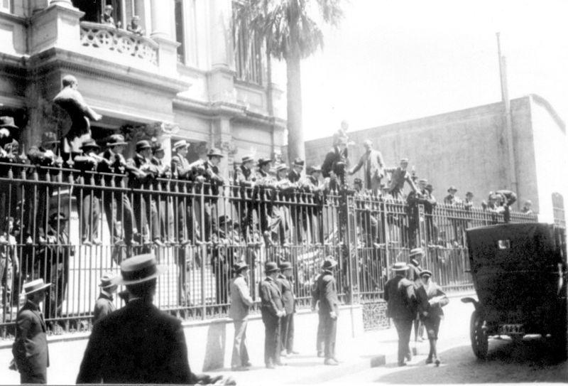 800px-Toma_de_la_Facultad_de_Derecho_de_la_UBA_(1919)